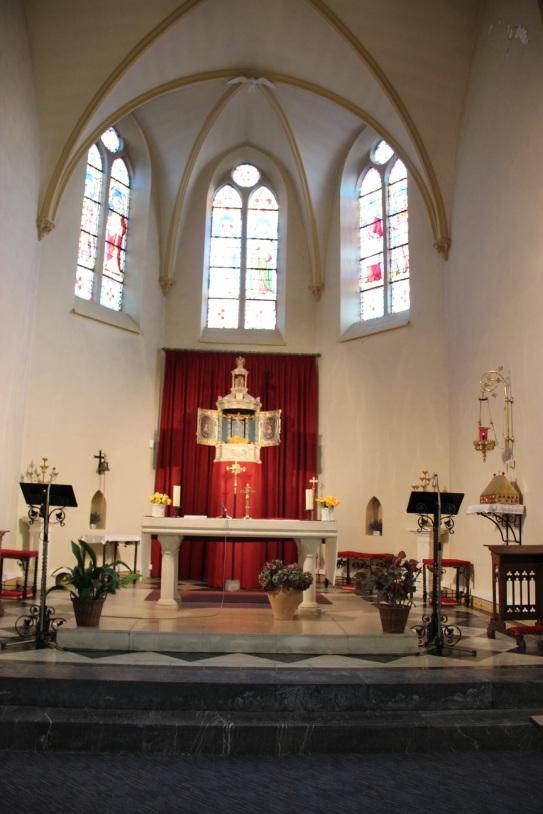 Le choeur de l'église et ses vitraux