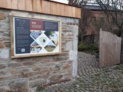 Le panneau installé en novembre 2020 sur la place du village de Becco
